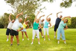 Gruppe Fitnessübungen im Freien