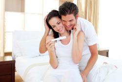Paar mit Schwangerschaftstest