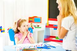 Kind bei Logopädiebehandlung