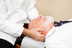 Mann bei osteopathischer Behandlung