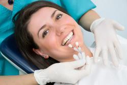 Frau bei Zahnarztbehandlung