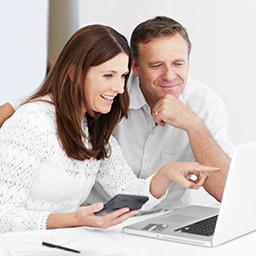 Paar sieht sich etwas auf dem Notebook an