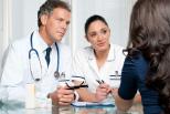 Ärzte beraten Frau