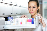 Frau mit verschiedenen Medikamenten