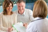 Ärztin berät Ehepaar