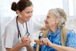 ältere Frau wird von jüngeren Frau untersucht