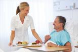 Mann im Krankenhaus mit Pflegerin