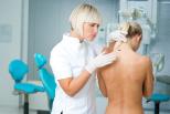 Ärztin untersucht Frau